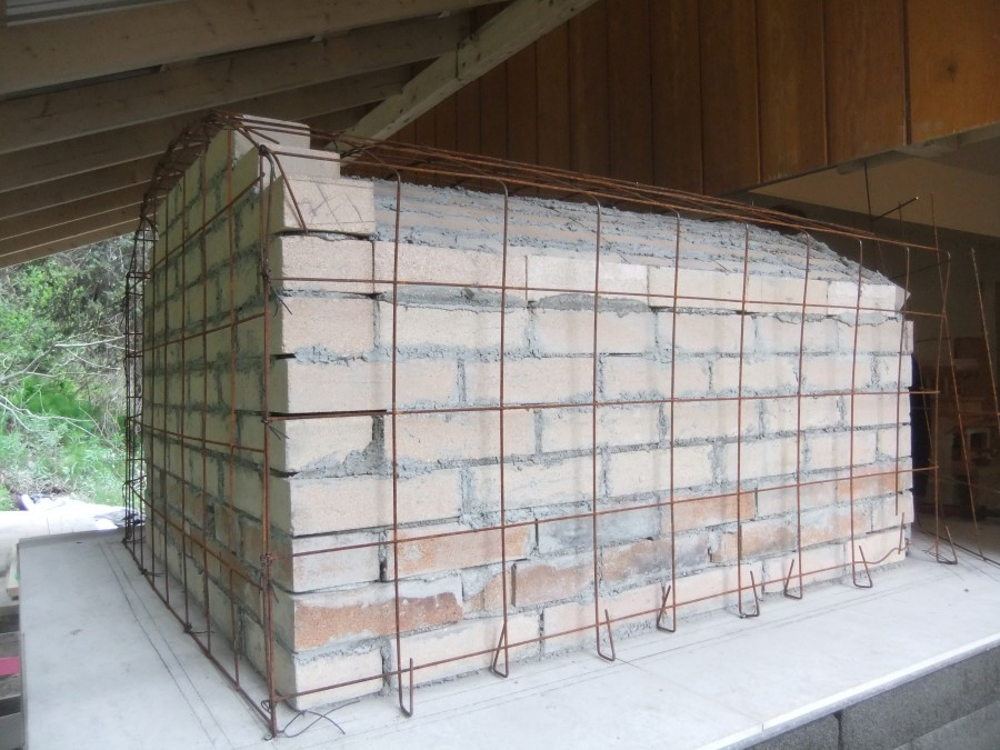 The oven exterior, with mesh reinforcing. Getting ready for the concrete cladding.