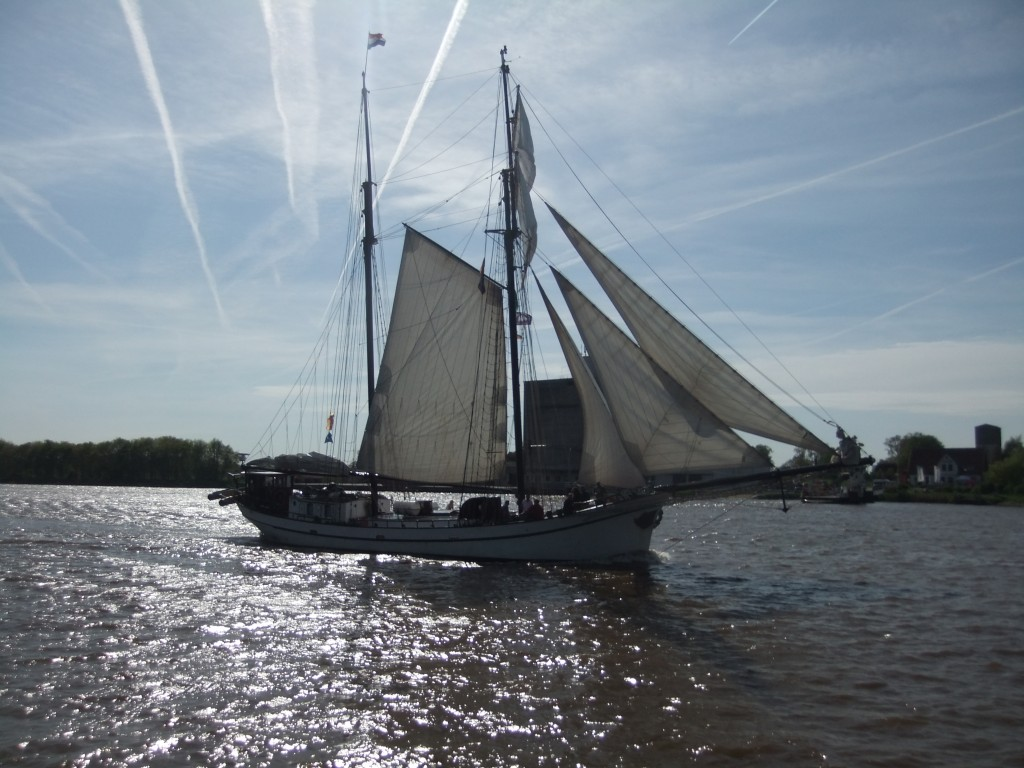 Tall ships in the Kanal - the bridges over the canal are 42 m high, allowing ships of 40 m height to pass under!